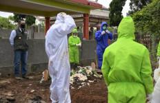 Lihat Kang Emil Ikuti Pemakaman Jenazah Pasien Corona - JPNN.com