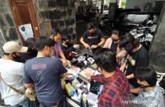 Aksi Solidaritas, Jurnalis Balai Kota Bagikan Masker kepada Warga yang Masih Bekerja di Tengah Wabah Corona - JPNN.com
