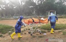 Polisi Tembakkan Gas Air Mata ke Warga yang Menolak Pemakaman Dokter Corona - JPNN.com