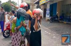 Aksi Dua Emak-Emak Curi Beras, Kabur dengan Motor Lawan Arah, Jatuh di Polisi Tidur - JPNN.com