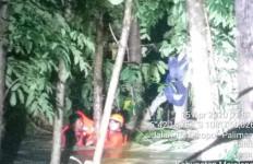 Aryo Bersama Temannya Nekat Terjang Banjir, Tubuhnya Langsung Hilang - JPNN.com