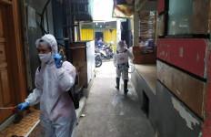 Selain Bagikan Makanan Gratis, Forum Relawan Jokowi Juga Lakukan Penyemprotan Disinfektan - JPNN.com