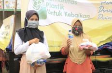 Komunitas Plastik Membagikan Sembako dan Masker ke 500 Pemulung - JPNN.com