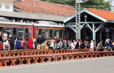 Hari Pertama Masa PSBB Transisi Stasiun Manggarai Ramai - JPNN.com