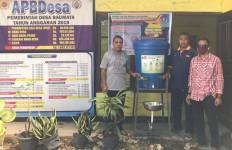Cegah Covid-19, Abraham Membagikan Masker dan Hand Sanitizer di NTT - JPNN.com