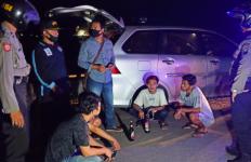 Asyik Pesta Miras di Pinggir Pantai, Kaget Didatangi TNI-Polri - JPNN.com