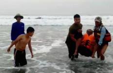 Perahu Terbalik Setelah Dihantam Ombak, Bagaimana Nasib Dua Nelayan? - JPNN.com