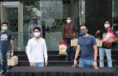 Reza Rahadian dan Manoj Punjabi Bagikan Sembako untuk Kru Film - JPNN.com