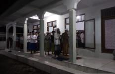Jemaah Pesantren Ini Mulai Salat Tarawih - JPNN.com