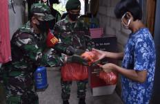 Prajurit TNI-Polri Bagikan 1.200 Nasi Bungkus Untuk Warga Kapuk Terdampak Covid-19 - JPNN.com