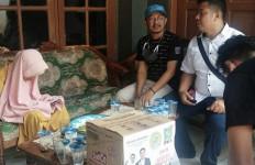 DKN dan Ketua Fraksi PKB Garut Langsung Turun Serahkan Bantuan ke Nenek Minah - JPNN.com