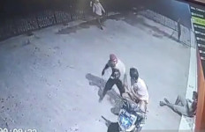 Kawanan Begal Sadis Terekam CCTV saat Menghujani Korban dengan Empat Tusukan - JPNN.com