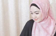 3 Berita Artis Terheboh: Artis Mualaf Puasa Ramadan, Dhini Aminarti Maksimalkan Ibadah - JPNN.com