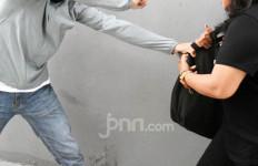 Panik, Dua Penjambret Kabur ke Sawah dan Tinggalkan Sepeda Motor di Jalan Raya - JPNN.com