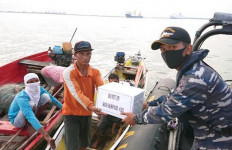 Peduli Dampak COVID-19, KRI Sampak-628 Berikan Bansos Kepada Nelayan - JPNN.com