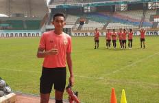 Kompetisi Libur, Pemain Muda Persebaya Bantu Sang Kakak Berjualan Ayam Potong - JPNN.com