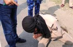 Apes, Petugas Stop Mobil Pejabat saat Karantina Wilayah - JPNN.com