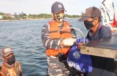Personel Kapal Perang TNI AL Ini Bantu Nelayan Terdampak Covid-19 - JPNN.com