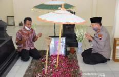 Promosi jadi Kabaintelkam Polri, Mantan Ajudan SBY Ziarah ke Makam Ibunda Jokowi - JPNN.com