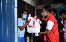 Sandiaga Uno Bagikan 150 Paket Sembako ke Buruh Terkena PHK - JPNN.com