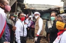 Bersatu Melawan Corona, Relawan Jokowi Mania dan Sandiaga Uno Bagikan Sembako di Bantargebang - JPNN.com