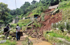 37 Makam di Bandung Tergerus Longsor - JPNN.com