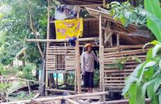 Ujun Rela Tinggal di Kandang Kambing Demi Anak - JPNN.com