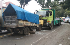 Truk 'Adu Banteng' di Cianjur, Nih Fotonya - JPNN.com
