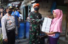 Paskhas TNI AU Bagikan 2.225 Takjil dan Nasi Kotak Untuk Warga Terdampak Covid-19 - JPNN.com