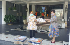 RS Siloam Surabaya Serahkan 1.000 VTM Swab kepada Bu Risma - JPNN.com