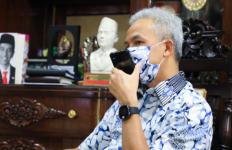 Viral Satu Keluarga di Solo Hidup di Becak di Pinggir Jalan, Pak Ganjar Langsung Angkat Telepon - JPNN.com