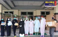 Bea Cukai Menyerahkan Bantuan Sembako dan APD untuk Masyarakat di Makassar - JPNN.com