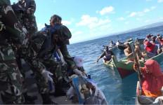 Lantamal VII Kupang Bagikan Sembako Kepada Nelayan Pulau Terpencil - JPNN.com