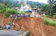 Pak Camat Menceritakan Detik-detik Datangnya Banjir Bandang Dini Hari Tadi - JPNN.com