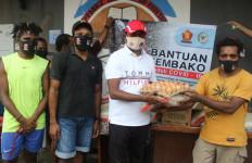 Yan Mandenas Bagikan Sembako kepada Mahasiswa Papua - JPNN.com