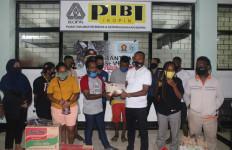 Bagikan Sembako, Yan Mandenas Bangkitkan Semangat Mahasiswa Papua di Bandung - JPNN.com