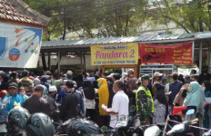 Warga Garut Berdesakan Ambil Bantuan Gubernur Jabar - JPNN.com