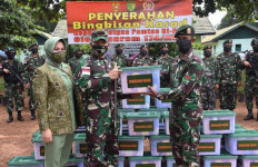 Kolonel Bangun Bagikan Bingkisan Lebaran dari Jenderal Andika Kepada Prajurit Penjaga Pos Perbatasan - JPNN.com
