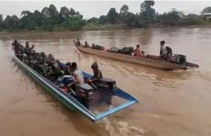 52 Prajurit TNI ke Perbatasan, 17 Jam Menggunakan Perahu Kayu - JPNN.com
