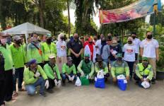 Bamsoet Salurkan Bantuan Sembako Kepada Penggali Makam - JPNN.com