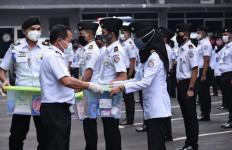 Laksdya TNI Aan Kurnia Serahkan Bingkisan Lebaran Kepada Personel Bakamla - JPNN.com
