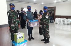 Kolonel Laut Firdaus Bagikan Sembako Kepada Anggota Polisi Militer Lantamal III - JPNN.com