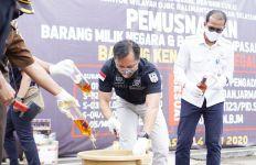 Bea Cukai Kalbagsel Musnahkan Satu Juta Batang Rokok dan Ratusan Liter Miras Ilegal - JPNN.com
