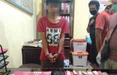 Ketahuan Berbuat Terlarang, Dua Pemuda Ini Tak Berkutik saat Dijemput Polisi - JPNN.com