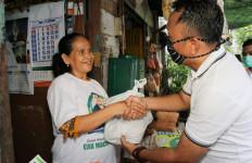 Emak-emak di Surabaya Semringah Dapat Sembako dari Cak Machfud - JPNN.com