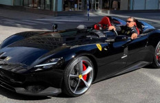Zlatan Ibrahimovic Kendarai Mobil Langka Ferrari - JPNN.com