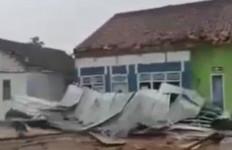 Angin Puting Beliung Hancurkan Sejumlah Rumah Warga di Banjaragung dan Banjarmargo - JPNN.com