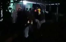 Ratusan Warga Geruduk Rumah Kades Tengah Malam, Oh Ternyata Ini Penyebabnya - JPNN.com