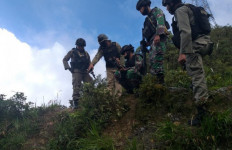 Baku Tembak dengan KKB Masih Berlangsung, Seorang Prajurit TNI Gugur - JPNN.com