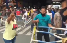 Pedagang Pasar Bongkar Paksa Pagar Penutup Jalan yang Dipasang Tim Gugus Tugas - JPNN.com